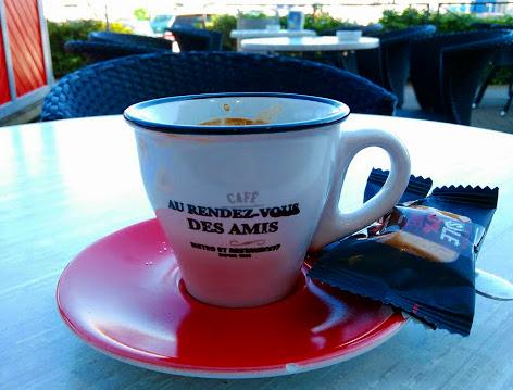 """Tasse de café avec l'inscription """"Au rendez-vous des amis"""""""